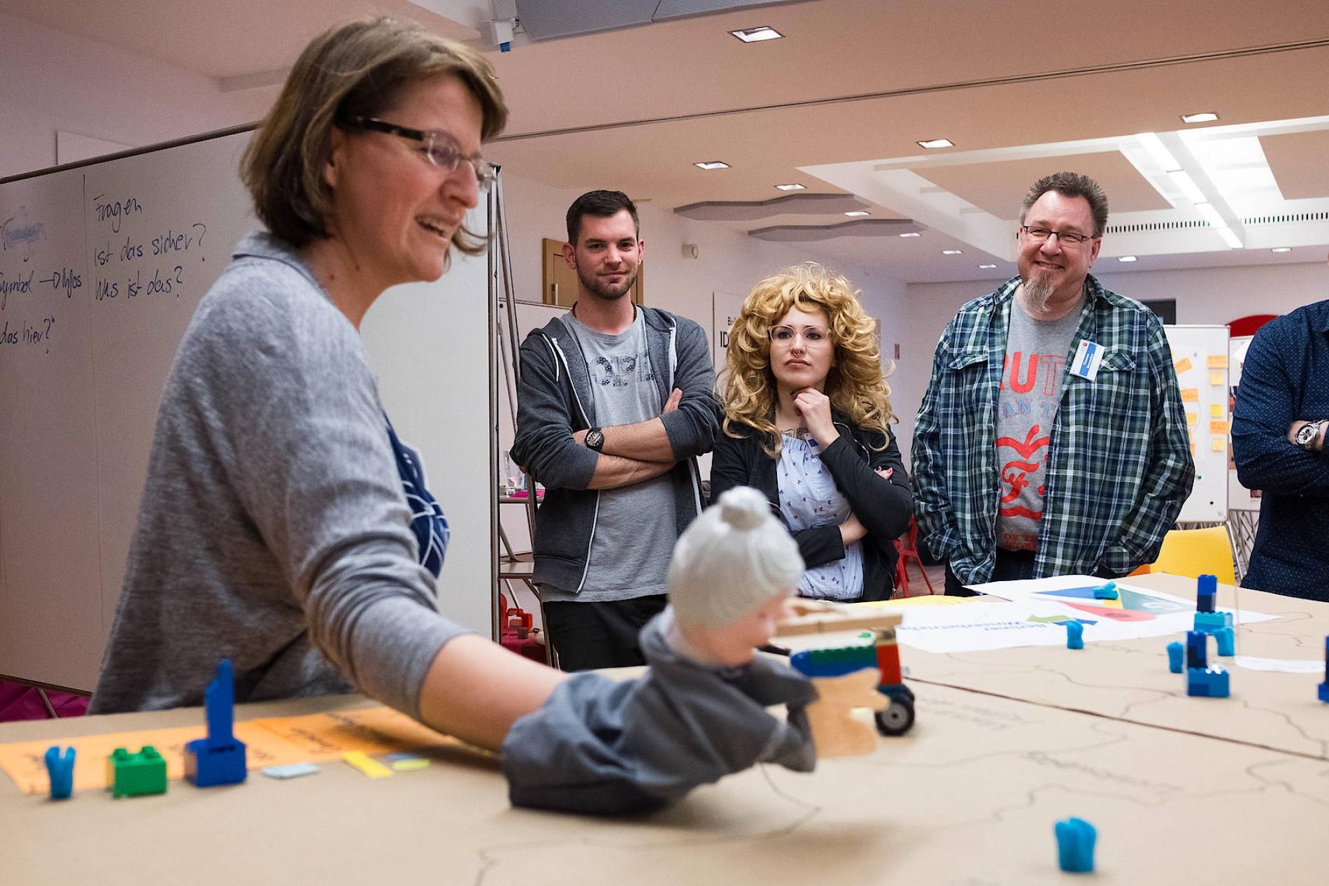 Teilnehmer eines Design-Thinking-Workshops entwickeln spielerisch neue Ideen. Foto: Daniel Pilar