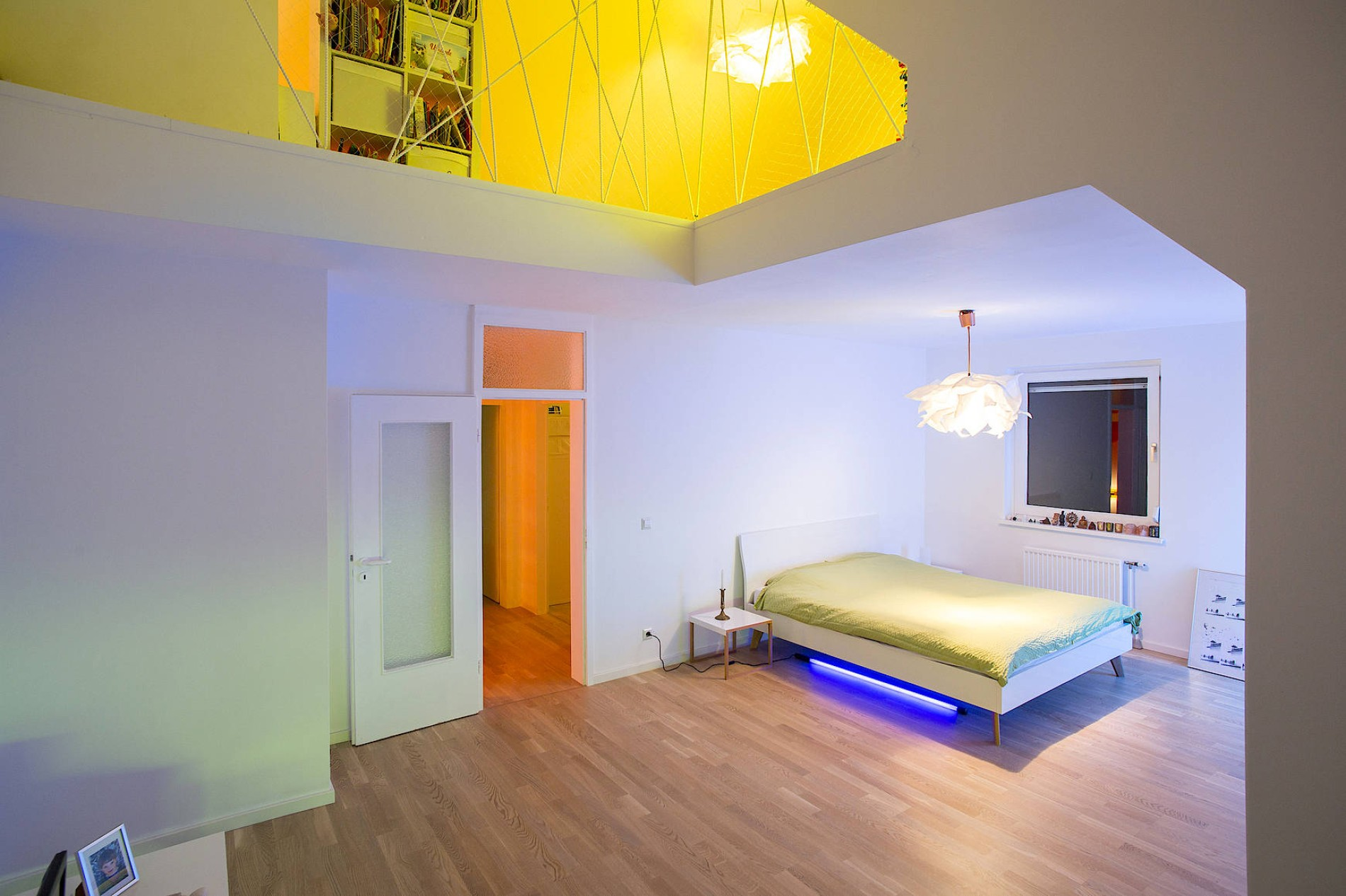 Moderne Architektur in Berlin: In farbigem Licht baden