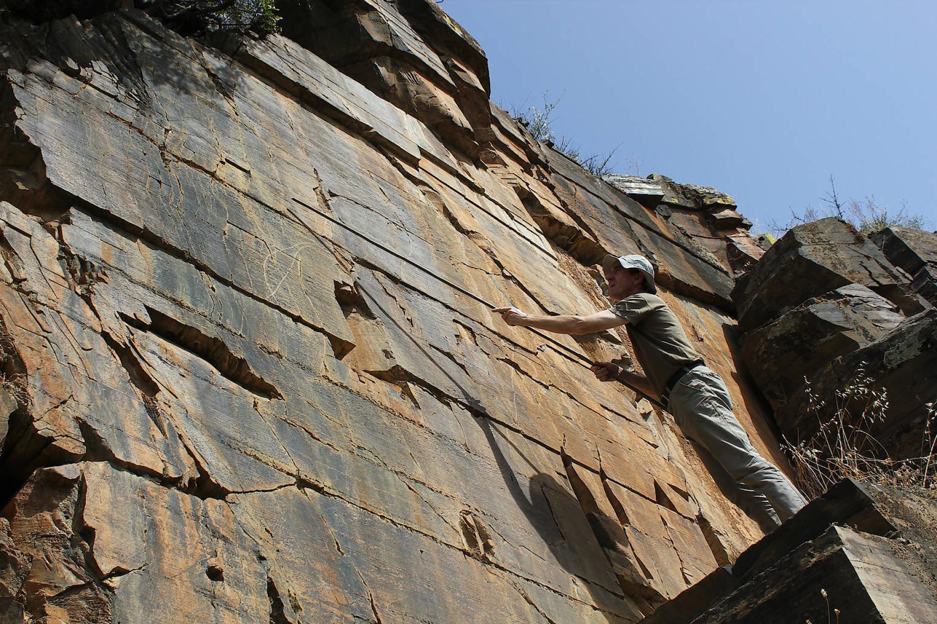 Felswand datiert