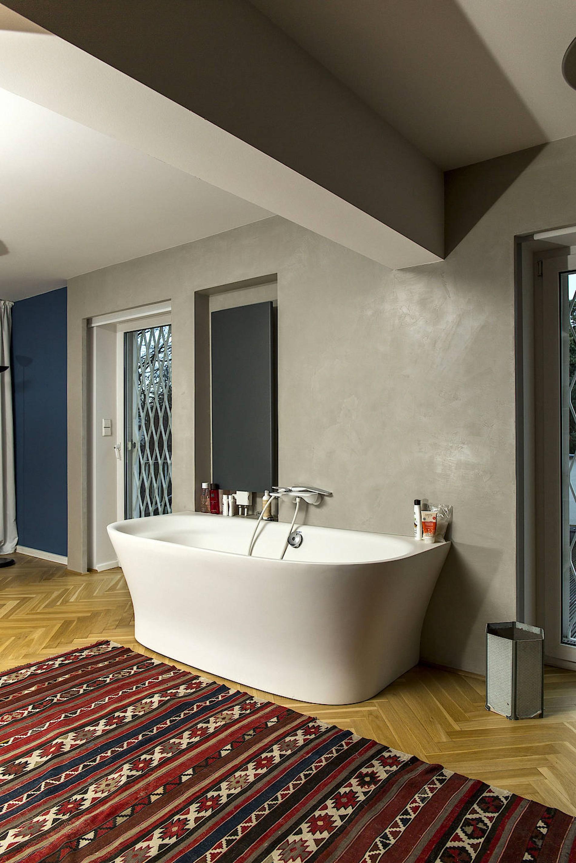 Eine Freistehende Badewanne Thront Im Schlafzimmer.