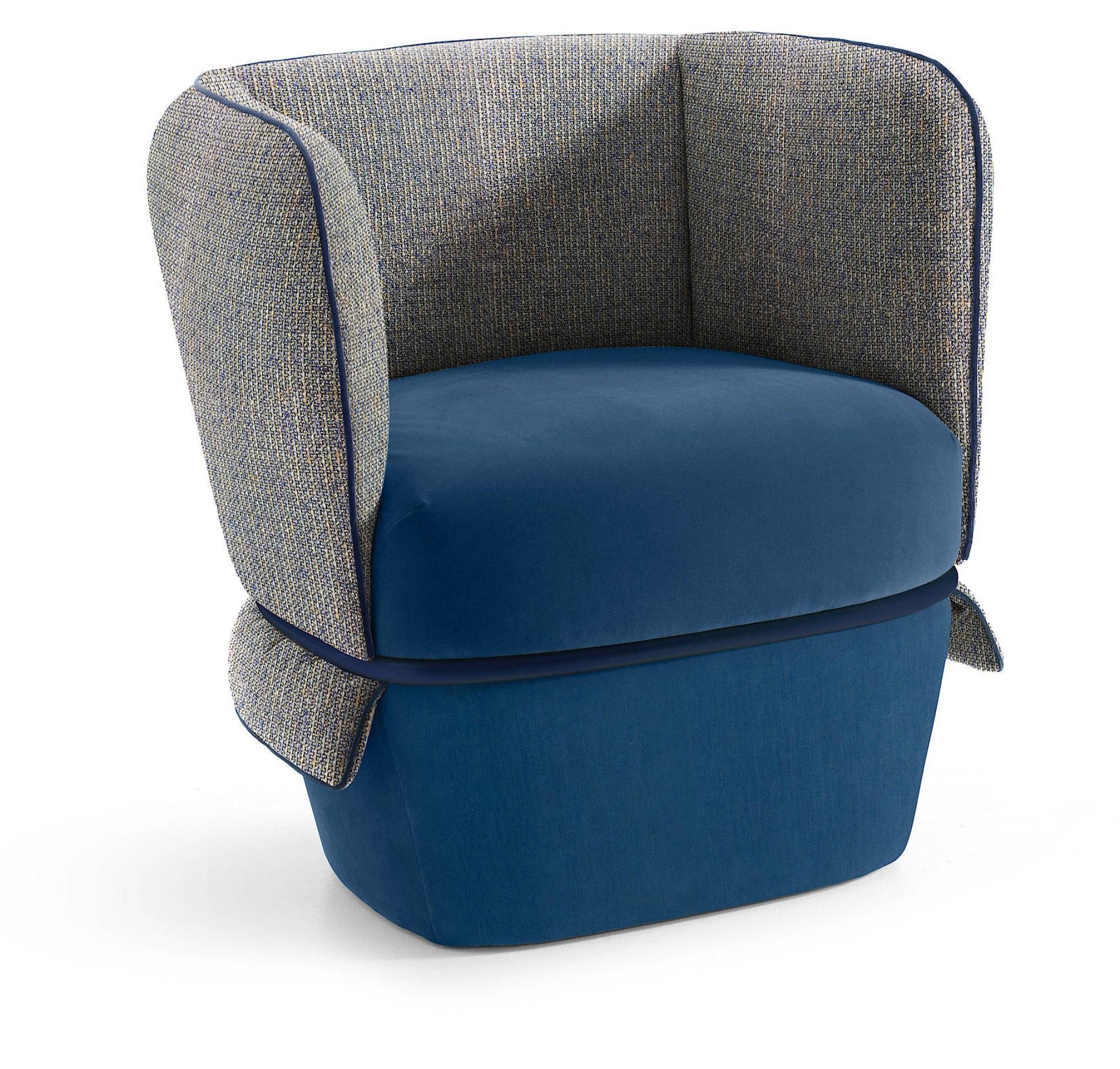 CHEMISE Trägt Einen Gürtel Aus Metall. Die Schlaufe Hält Lehne Und Sitz  Zusammen. Auch Dieser Sessel (für My Home Collection) Ist Eine  Gemeinschaftsarbeit, ...