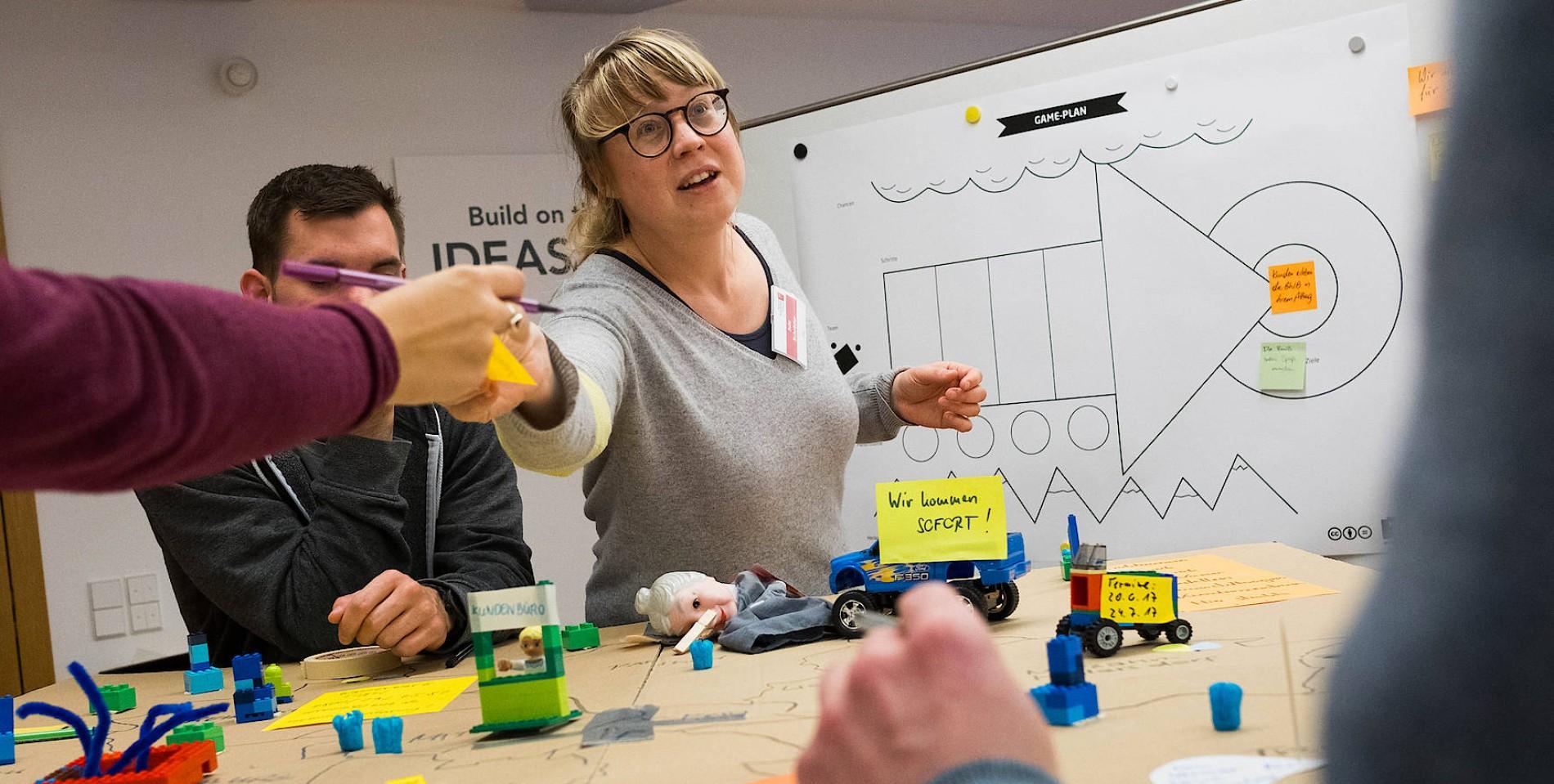 Coach Jule unterstützt die Teilnehmer eines Workshops, ihre Ideen zu konzeptualisieren und zu visualisieren.Foto: Daniel Pilar
