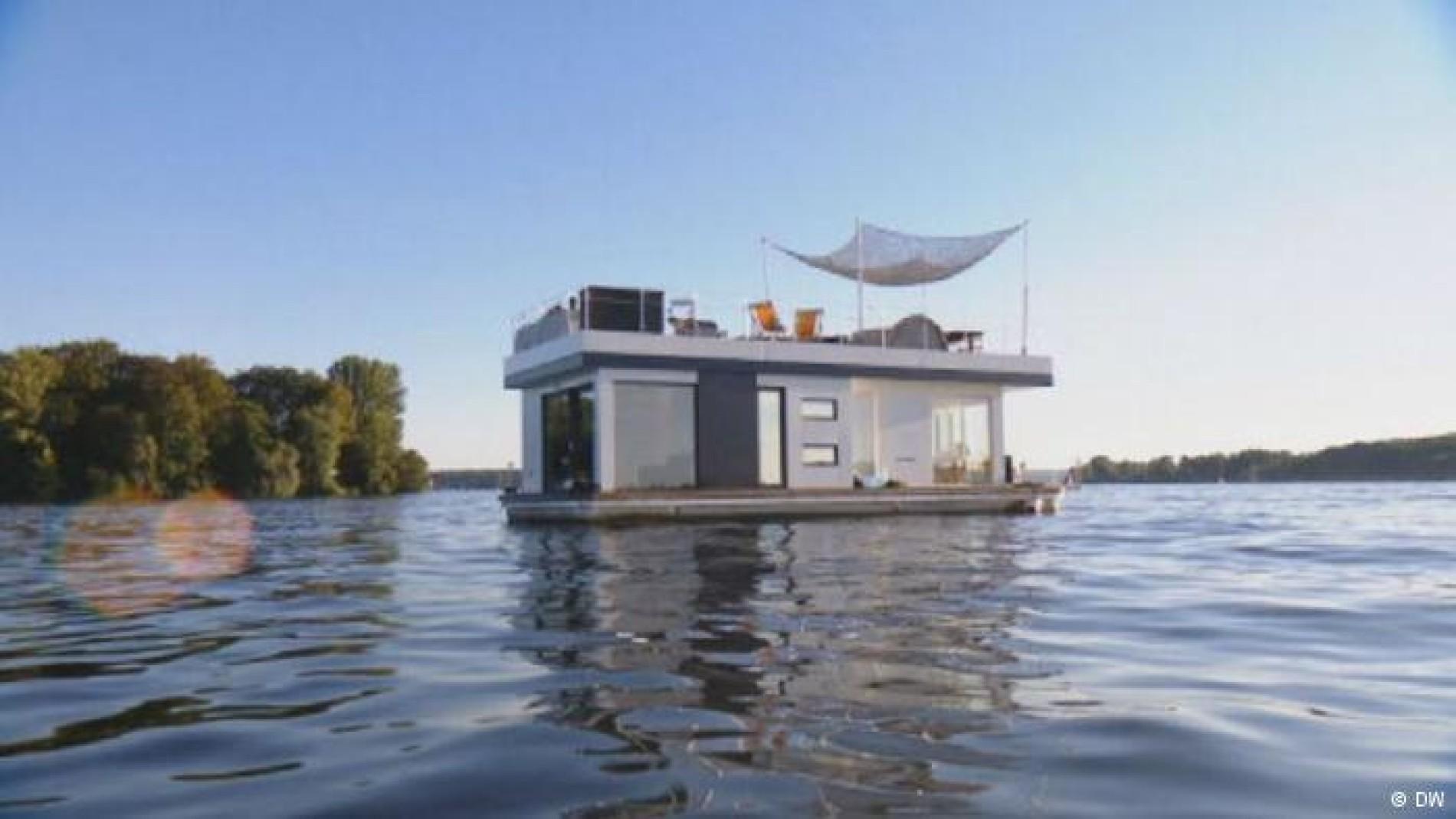 Schwimmendes Traumhaus: Wohnen im Luxus-Hausboot auf der Havel ...